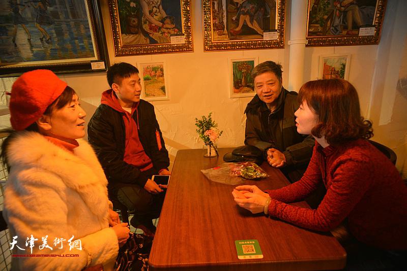 刘志平、刘刚在画展现场。
