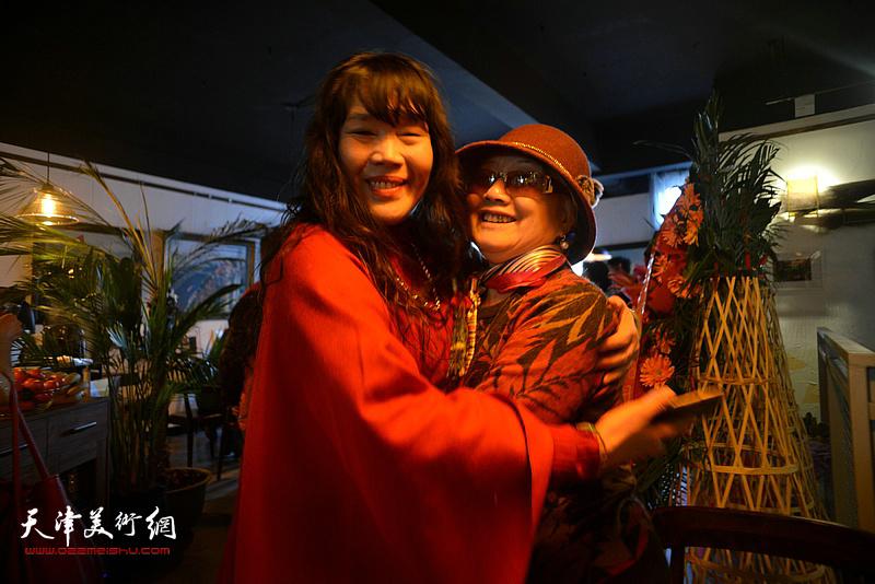 刘莉莉与吴薇在画展现场。