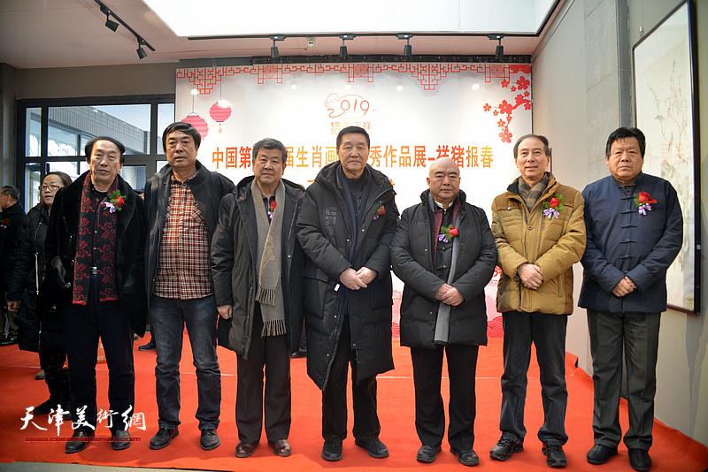 左起:李岳林、杜晓光、王学书、张金方、尹沧海、马竞、郭鸿春在展览现场。