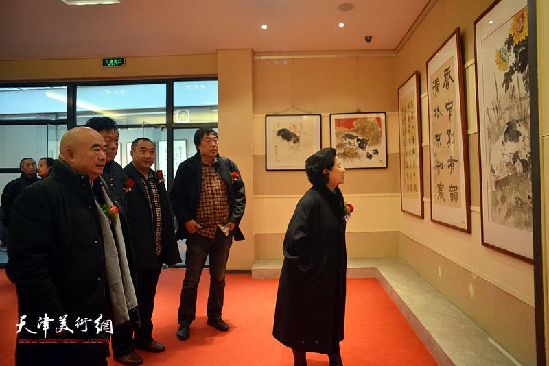曹秀荣、尹沧海、郭鸿春、杜晓光、皮守东在观看展出的作品。