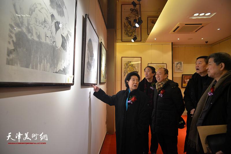 曹秀荣、张金方、王学书、崔志强、李岳林在观看展出的作品。