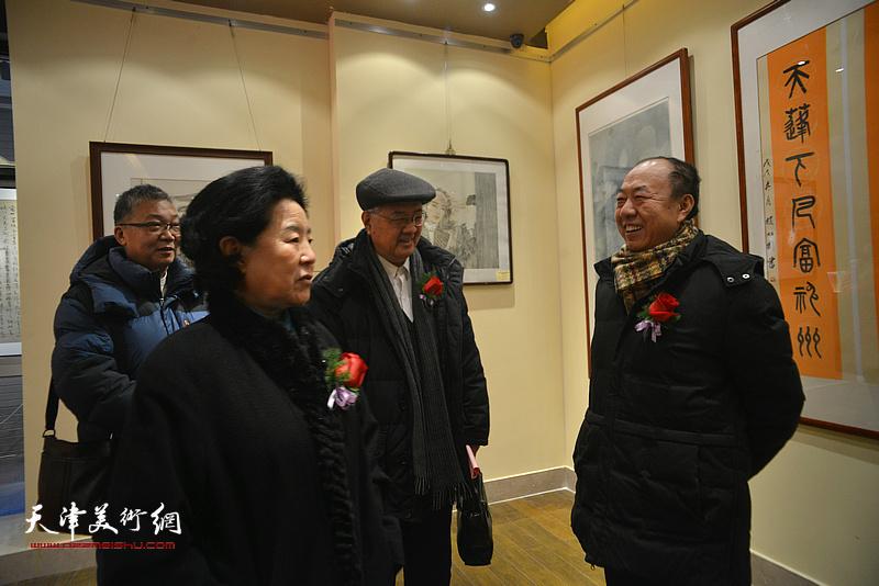 曹秀荣与崔志强、曹柏崑在展览现场交流。