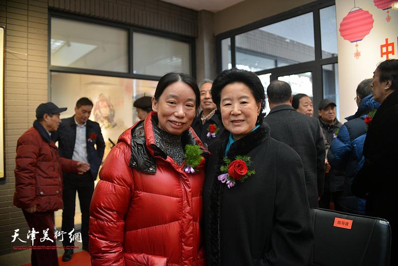 曹秀荣、庄雪阳在展览现场。