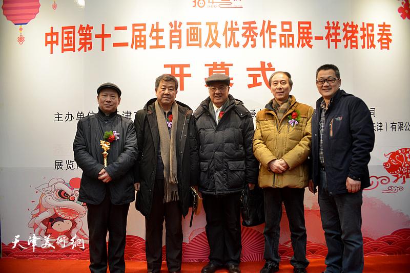左起:张建华、王学书、曹柏崑、马竞、黑俊志在展览现场。