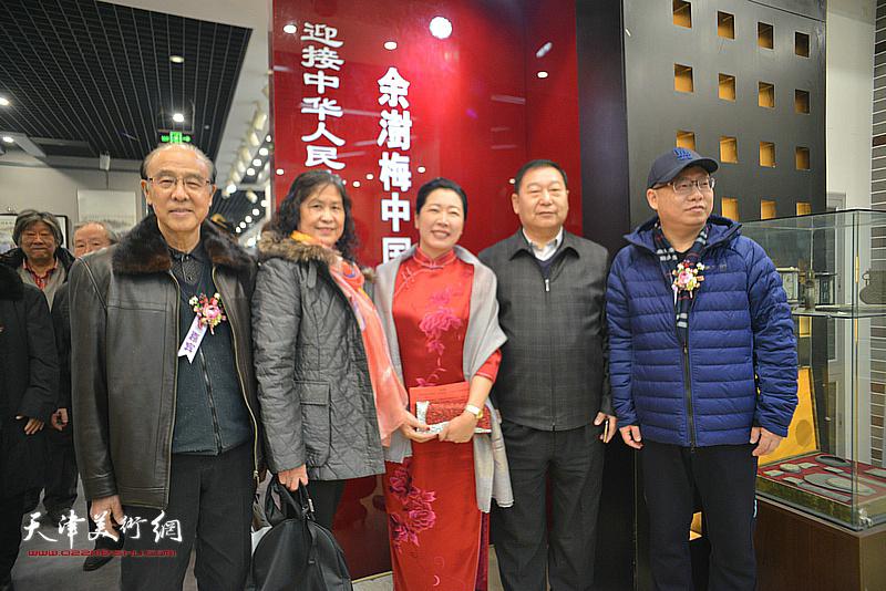 余澍梅与李清河等来宾在画展现场。