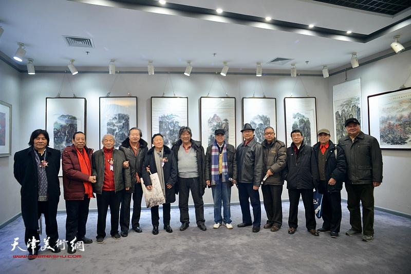 左起:高学年、佟有为、纪振民、刘家城、姬俊尧、王山岭、张建国、邱贵杨、、、李大为、祁宜选在画展现场。