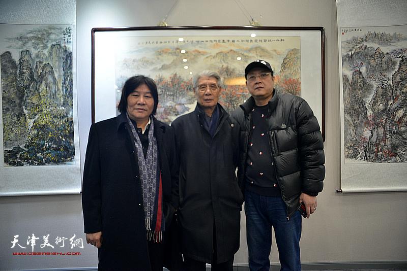 杨德树、高学年、孙学武在画展现场。