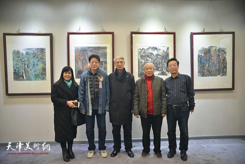 左起:王洪春、晏平、杨德树、纪振民、杨建国在画展现场。