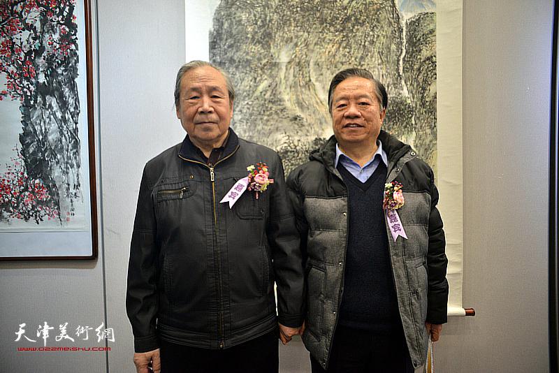 王润昌、李宗儒在画展现场。