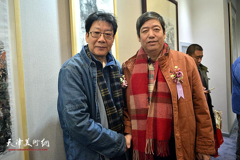 陈元龙、晏平在画展现场。