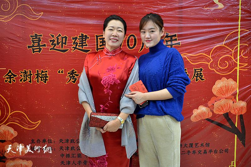 余澍梅与亲友在画展现场。