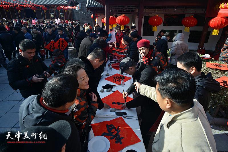 天津画院赴天津市民俗博物馆为广大市民送福字。