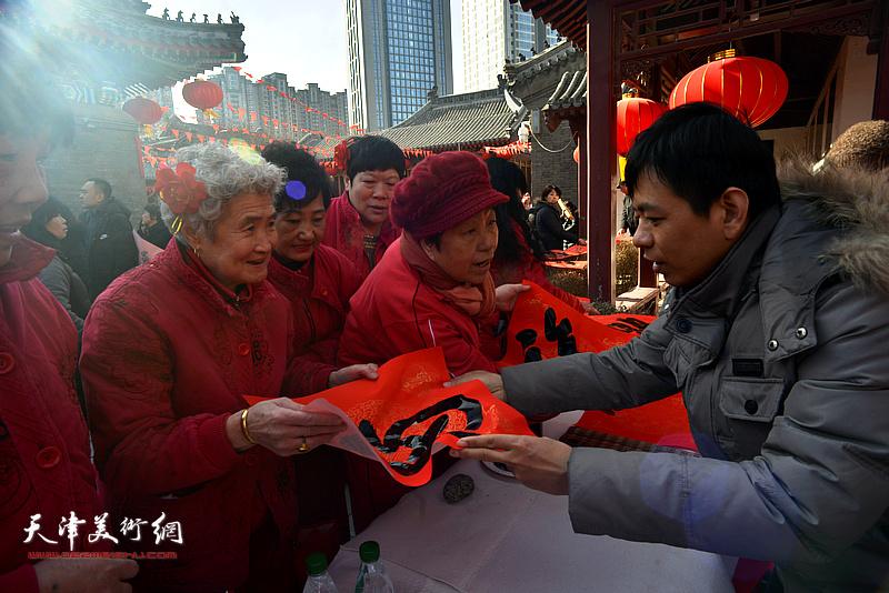 杨海涛在活动现场送福