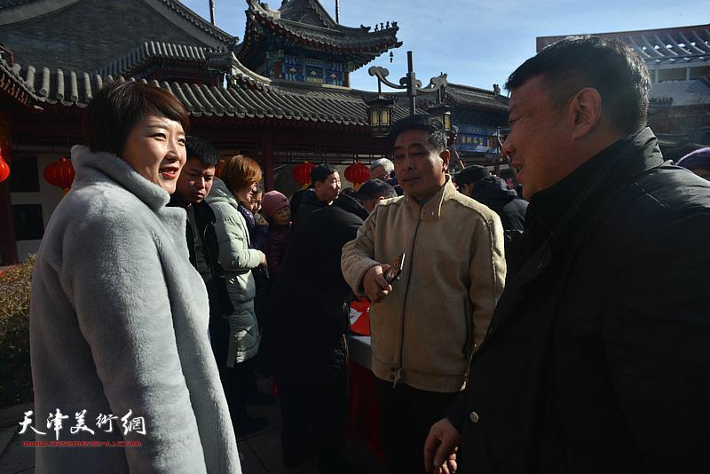 """孙蓓、王卫平、石玉华在天津画院""""小年""""送福活动现场。"""