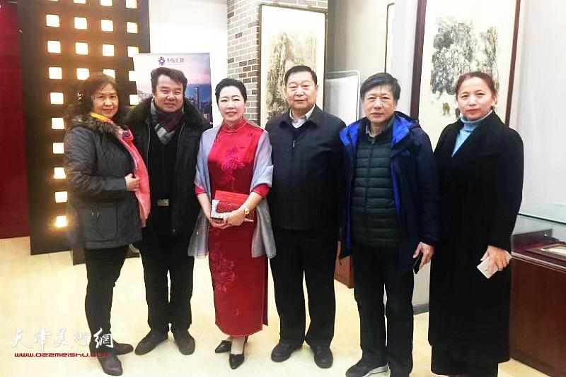 余澍梅与来宾在画展现场。