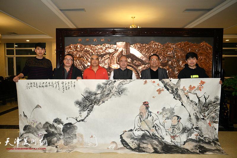 天津市书画艺术研究会书画家到宏达热力有限公司与员工共迎新春。左起:徐洪彬、尹枫、林德谦、尹沧海、胡玉林、陈志峰。