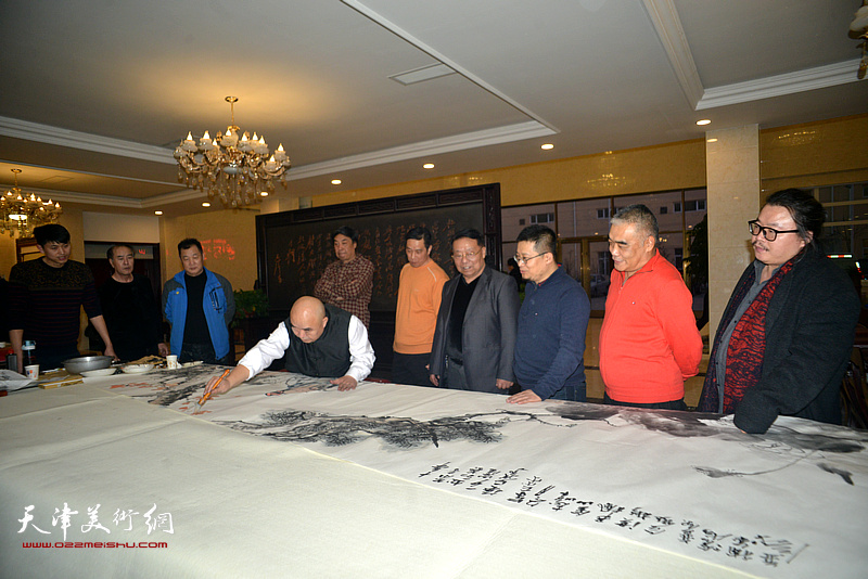 尹沧海等天津市书画艺术研究会的书画家们在现场创作。