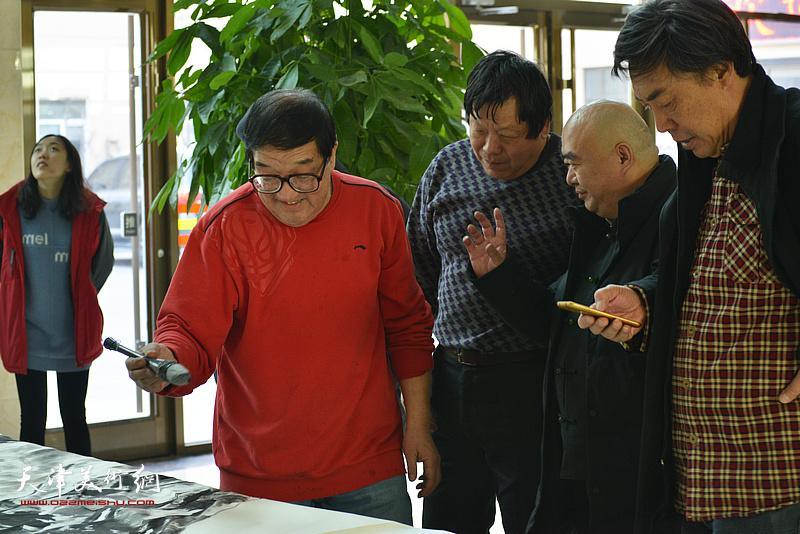 尹沧海、郭鸿春、杜晓光、卢贵友在现场创作。