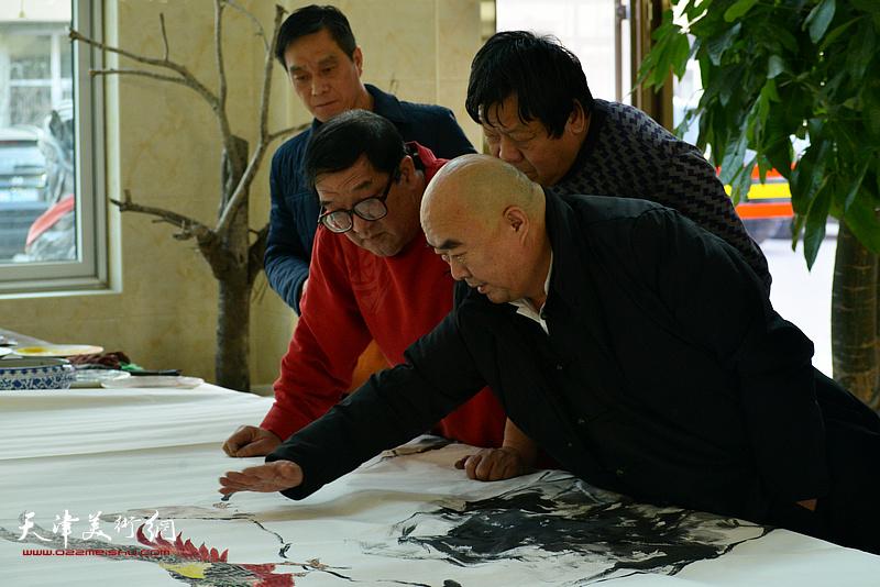 尹沧海、郭鸿春、卢贵友、林广杰在创作现场。