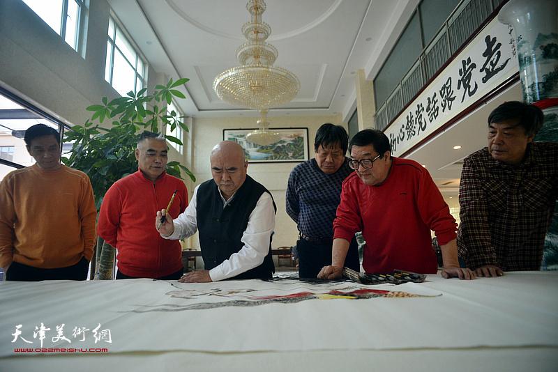 尹沧海、郭鸿春、杜晓光、卢贵友、林德谦、林广杰在创作现场。