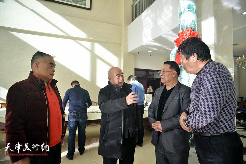尹沧海、胡玉林、郭鸿春、林德谦在创作现场交流。