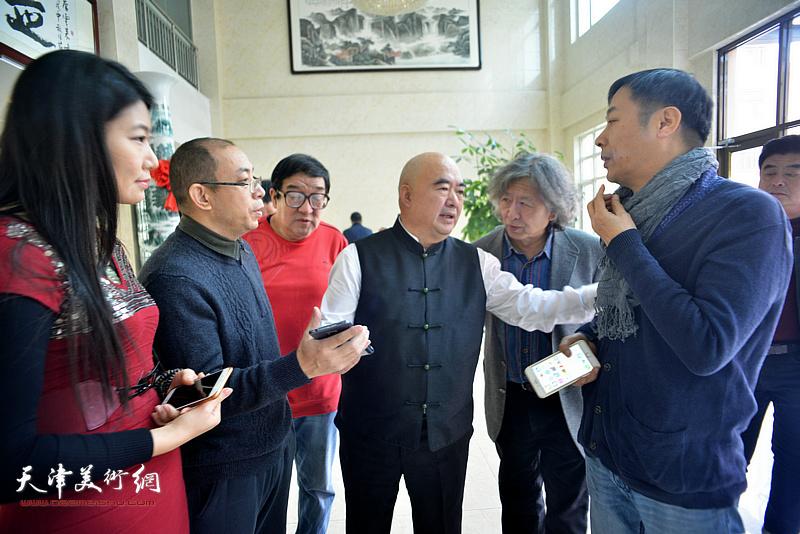 尹沧海、刘向东、卢贵友、杨顺和、姜志峰、任凤茗在创作现场交流。