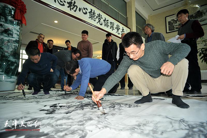 路洪明、闫勇、姜金军在现场创作。