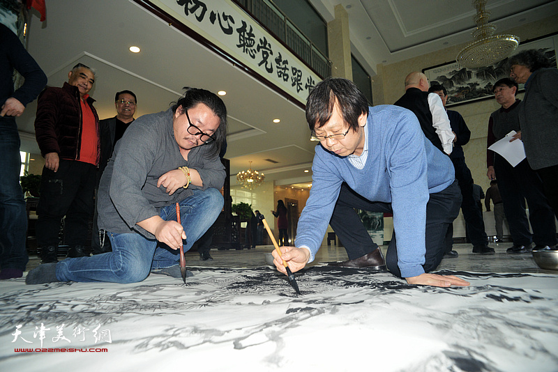 路洪明、尹枫在现场创作。
