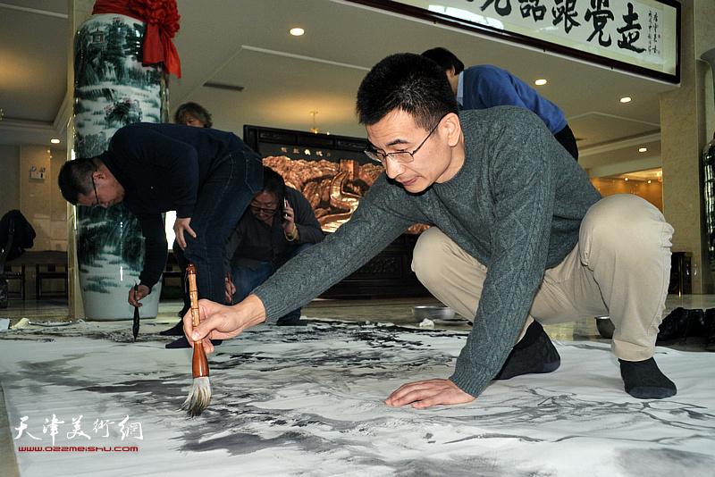 闫勇、姜金军在现场创作。