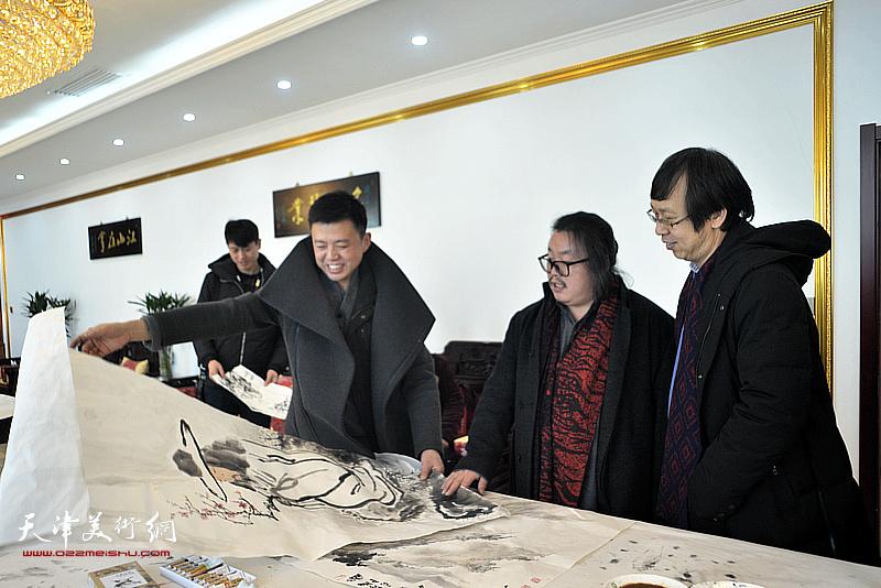 路洪明、尹枫、韩金山在现场创作。