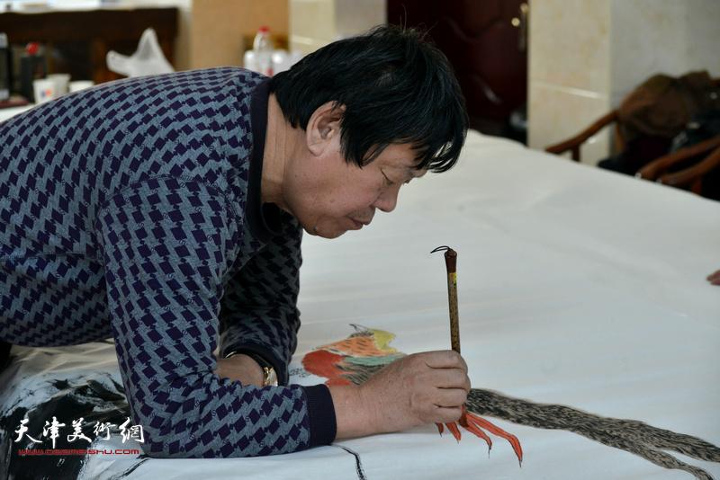 郭鸿春在现场创作。