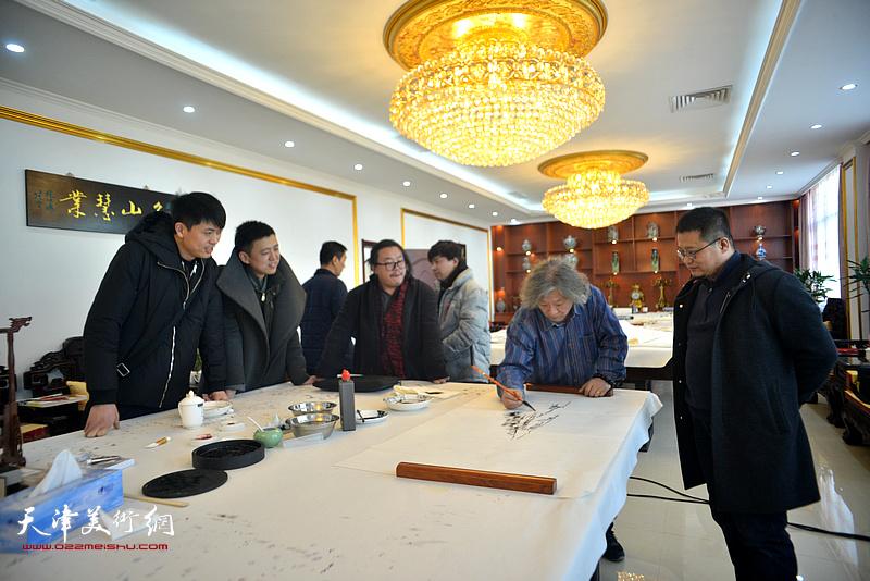 刘向东、闫勇、尹枫、韩金山、徐洪彬在现场创作。