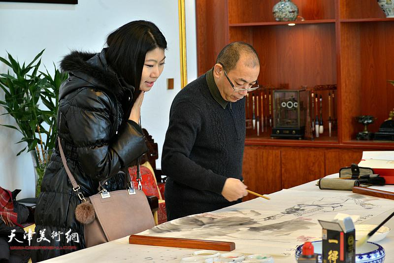姜志峰、任凤茗在现场创作。