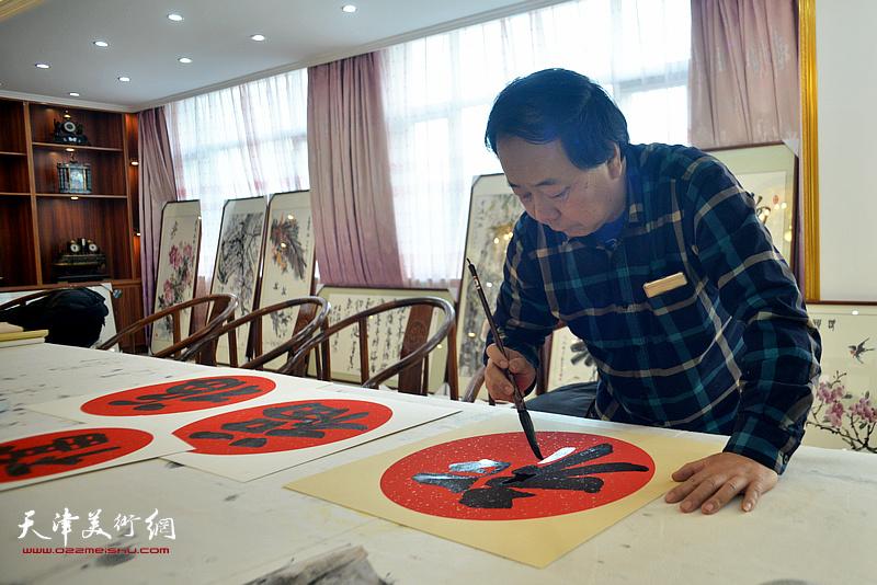 赵寅在现场为职工写福字。