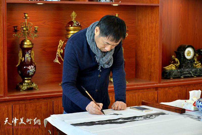 杨顺和在现场创作。