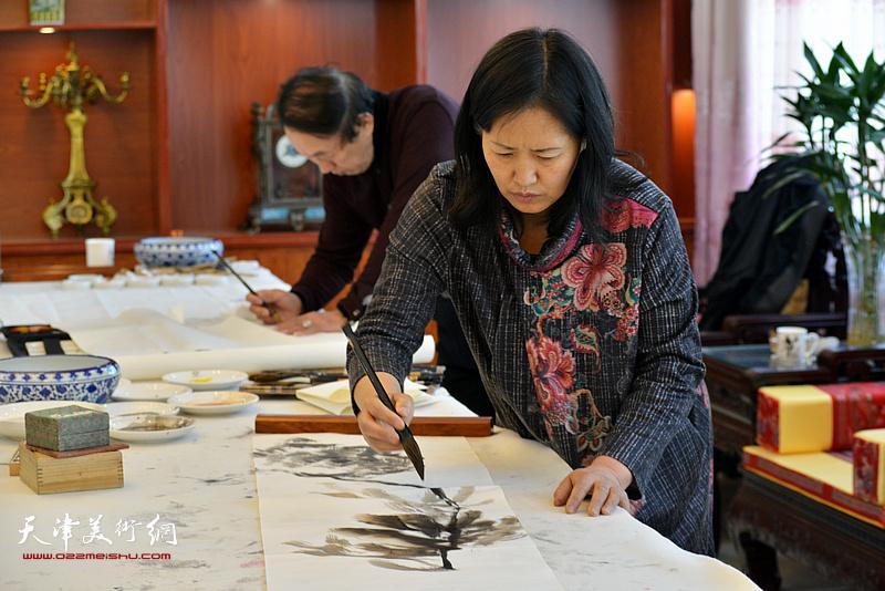 杨秀英在现场创作。