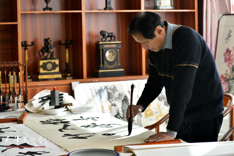 孙光伟在现场创作。