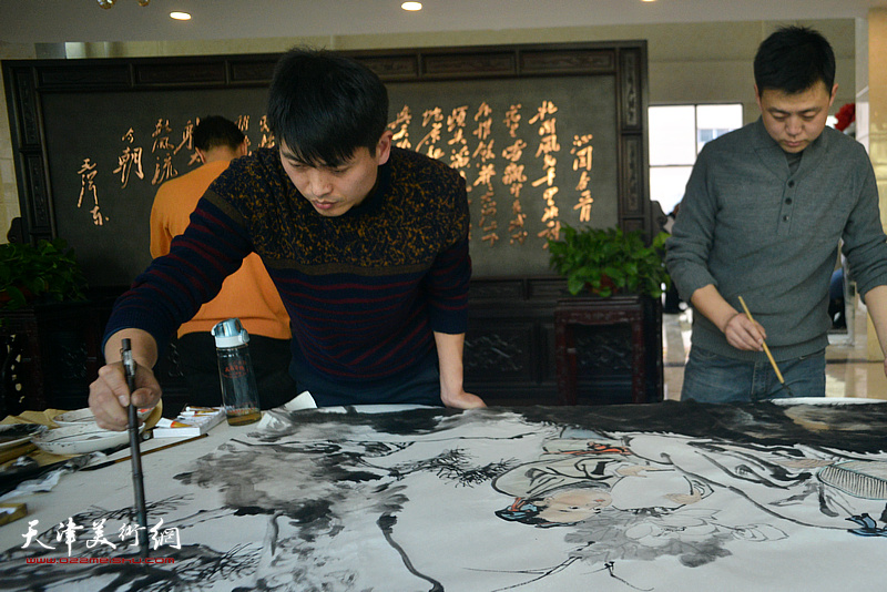徐洪彬在现场创作。