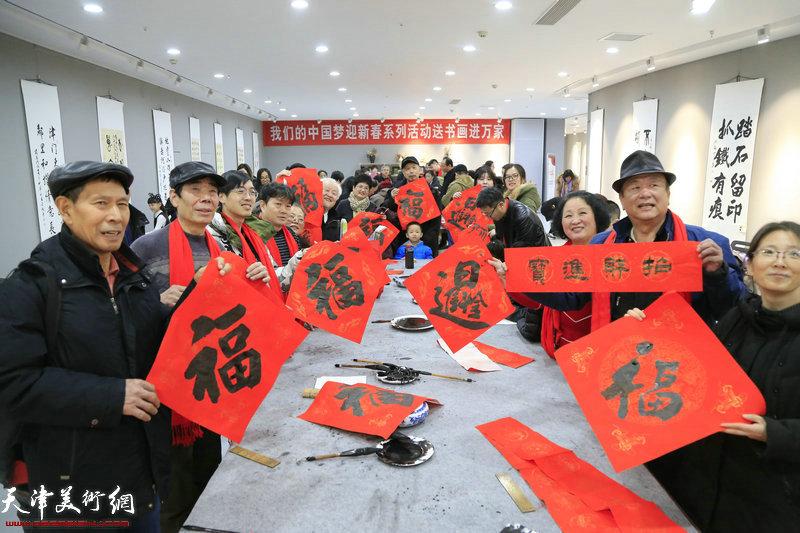 """""""我们的中国梦迎新春系列活动——送书画进万家""""第三场走进东丽区美术馆专场。"""