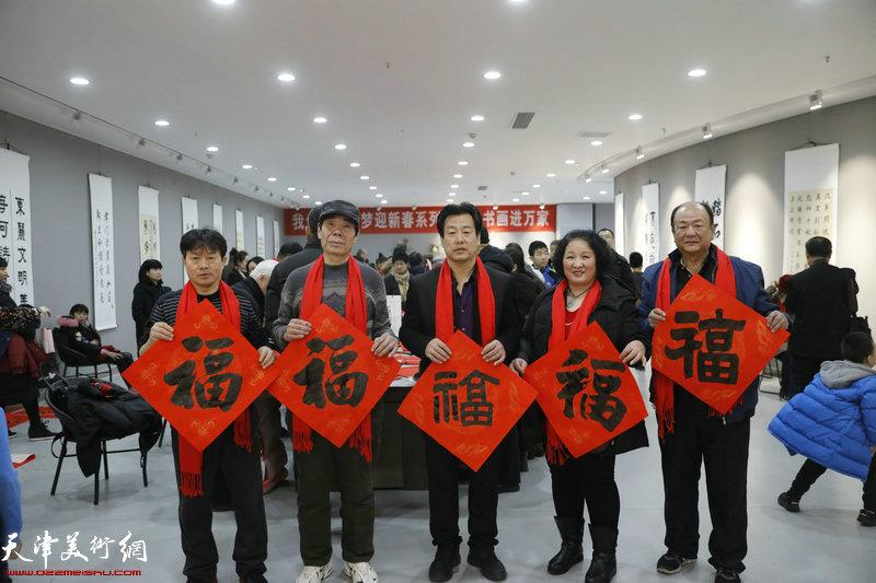 杨毅、张忠华、韩宝勇、陈秀玲、张佩起在送书画现场