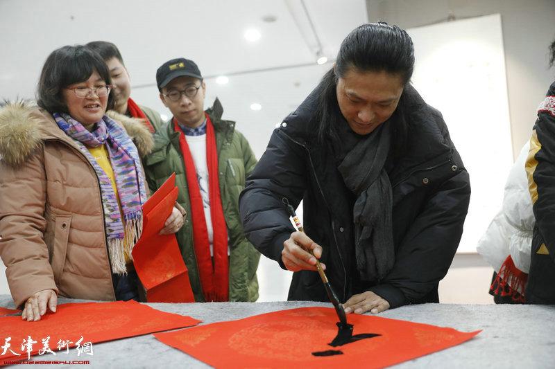 青年书画家姚铸在活动现场。