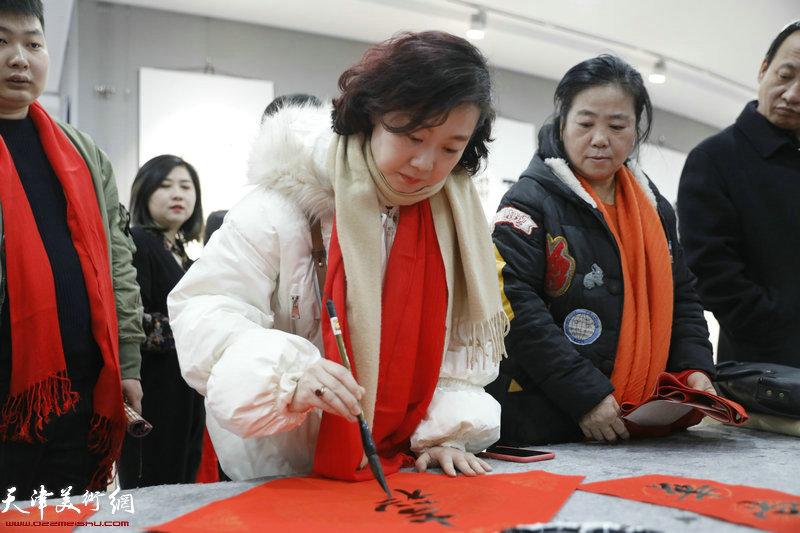 青年画家朱姗在活动现场
