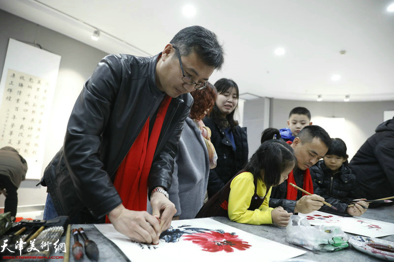 青年画家苗桂春在活动现场