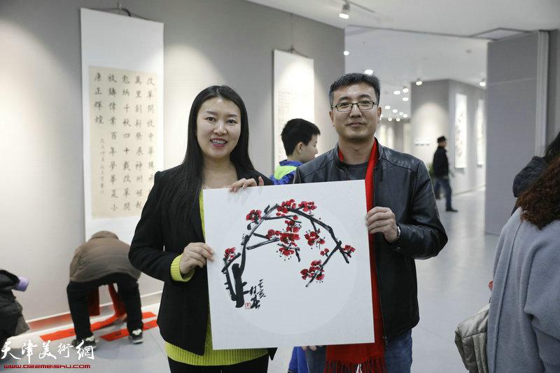 画家苗桂春送书画现场