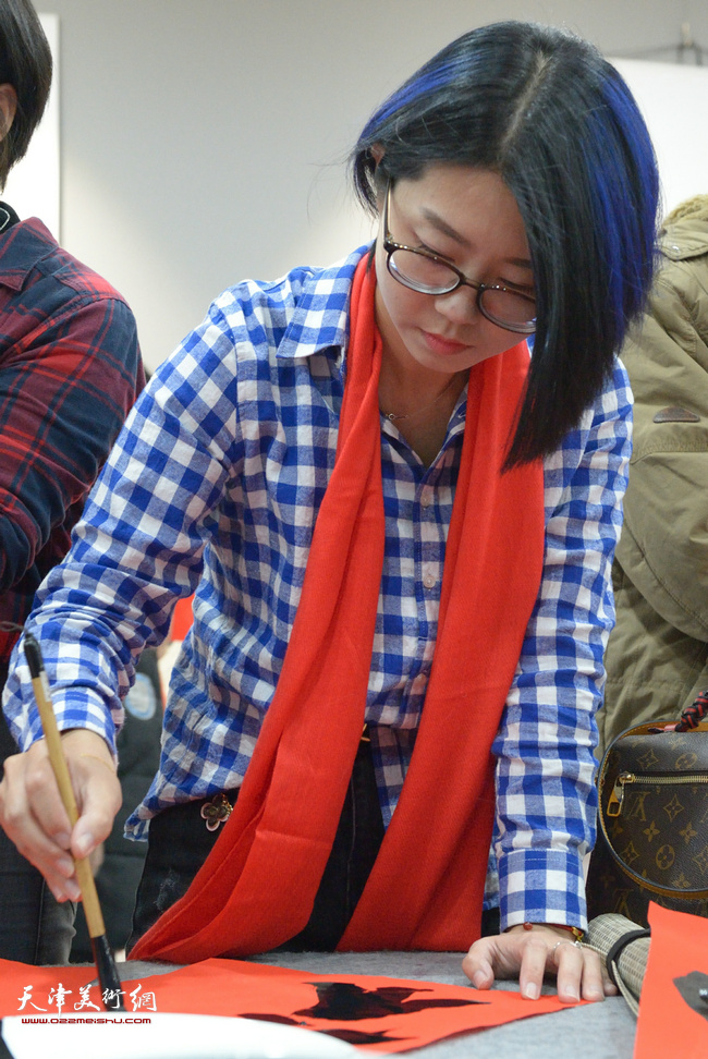 青年书法家蔡沛耘在活动现场