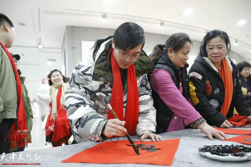 青年画家张作阁在活动现场