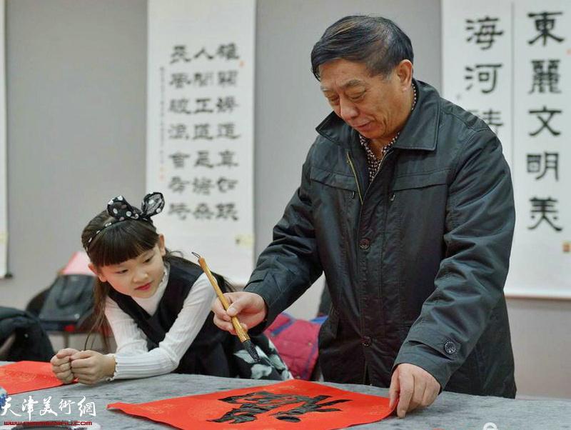 书法家李翔平在活动现场