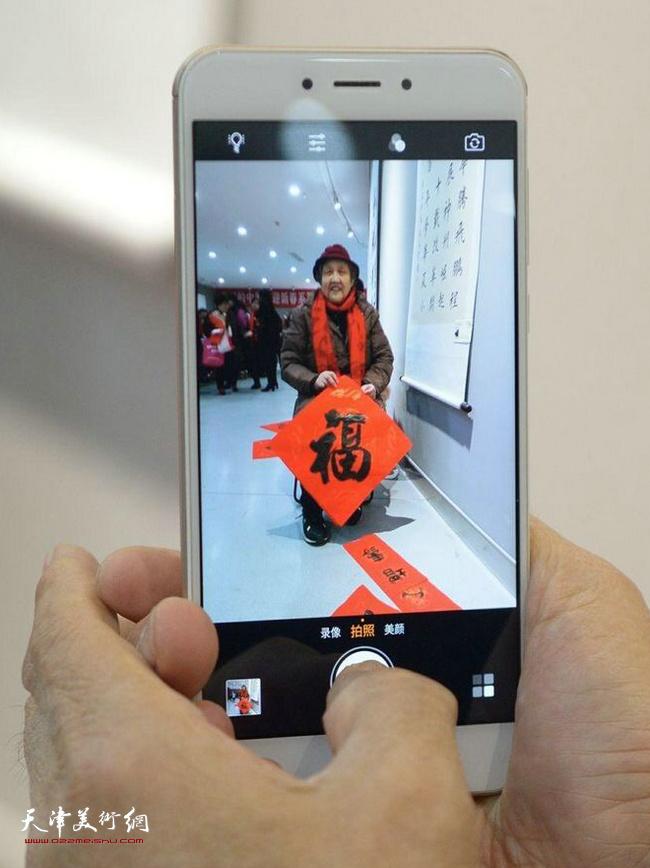"""""""我们的中国梦迎新春系列活动——送书画进万家""""第三场于1月18日上午走进东丽区美术馆专场。"""
