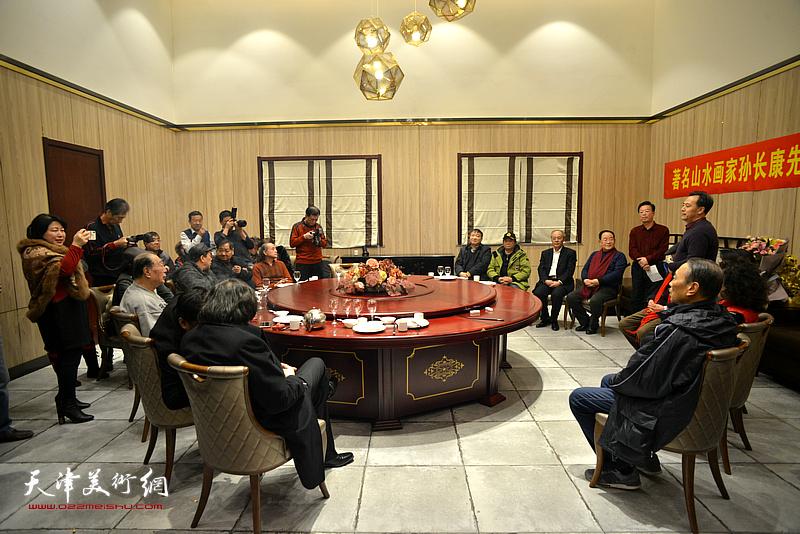著名山水画家孙长康收于范兴、田罡为弟子拜师仪式现场。