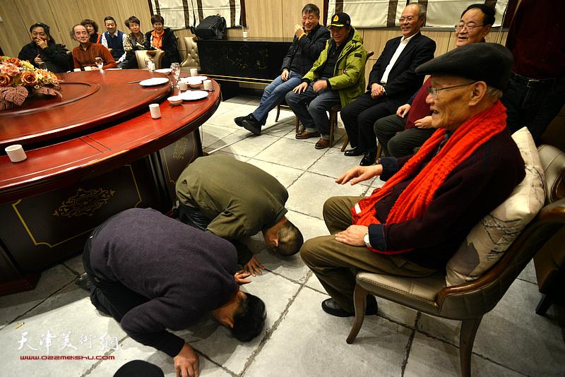 于范兴、田罡向恩师行传统跪拜礼。